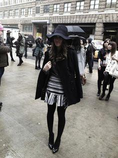 """alando em inglês, pedindo pra bater uma foto e, quando fui ver, era Camila Coelho! Do Super Vaidosa! A gente caiu na gargalhada! Esse chapéu com aba """"molinha"""" fica muuuuito gato!"""