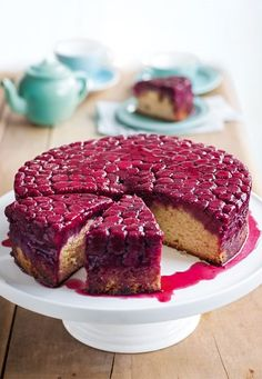 Raspberry Almond Upside-Down Cake tasty variation on a theme dessert recipe for parties Summer Cake Recipes, Summer Cakes, Dessert Recipes, Summer Desserts, Just Desserts, Delicious Desserts, Yummy Food, Bolo Cake, Slow Cooker Desserts