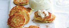 Všechny ingredience dobře promíchejte a opékejte na rozpáleném oleji jako lívance. Dobré jsou teplé i vychladlé – a nejlepší s bílou vanilkovou...