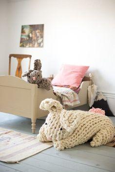 Giant Knit Bunny - Flax & Twine  Amo estos conejos! En cuanto pueda conseguir el hilo los hare!! En este blog se pueden conseguir el patrón gratis para ambos conejos.