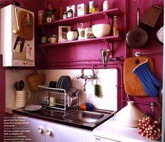 Et rosa kjøkken gir et eklektisk og avslappet uttrykk. Detaljer i blått og ubehandlet trevert fremhever det eklektiske, og skaper en god atmosfære i rommet.