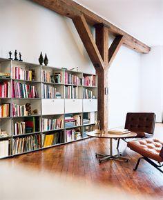 Bücherregale sind Stilmittel. Als Präsentationsbühne oder ästhetisches Highlight – Bücherregale sorgen für die richtige Inszenierung im Wohnraum.