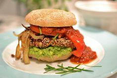 Veganer Burger mit Gewürzbrot, Avocado und geröstetem Paprika