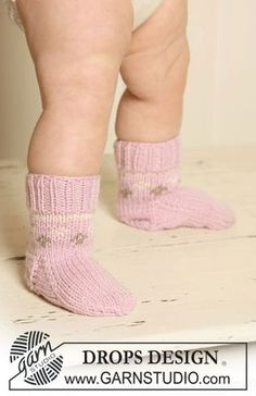 Strawberry Cheeks' Socks - Knitted socks with Nordic pattern for baby and children in DROPS Merino Extra Fine - Free pattern by DROPS Design Baby Knitting Patterns, Baby Booties Knitting Pattern, Knitting Socks, Free Knitting, Crochet Patterns, Knitting For Charity, Knitting For Kids, Drops Design, Drops Baby