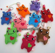 ♥♥♥ Monstruosa quinta a todos! Fleece Projects, Craft Projects, Sewing Projects, Monster Birthday Parties, Monster Party, Sock Monster, Felt Animal Patterns, Stuffed Animal Patterns, Felt Keychain