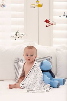 Essentiels pour bébé – une couverture et un ourson bleu tout doux pour jouer. Découvrez les nouveaux cadeaux pour bébé signés Ralph Lauren