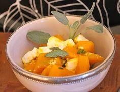 Einfaches und schnelles Pfannenrezept für Hokkaidokürbis mit Salbei und Feta. Eignet sich perfekt als schnelle und kohlenhydratarme Beilage.