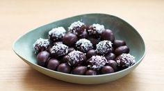 Druer med sjokoladetrekk er både superenkelt og veldig godt. Det er bare å dyppe dine favorittdruer i en god og mørk sjokolade og vips - så har du sunn og smakfull snacks.