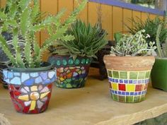 Combinations of bright mosaic pots in a small apartment or condo can result in eye-popping displays.y tazas o adornos rotos , hasta espejos.