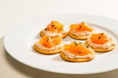 Smoked salmon and chives on top of blinis with Tasty Salmon Easy Canapes, Christmas Canapes, Smoked Salmon, Special Occasion, Good Food, Appetizers, Menu, Tasty, Fruit