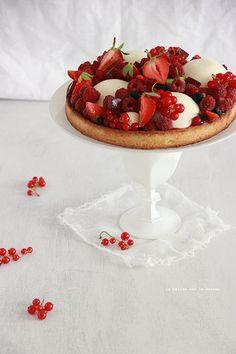 TARTE FRUITS ROUGES (pâte sablée, crème amande, compotée de fruits rouges, dômes de crème mascarpone à la vanille, fruits rouges)