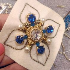 Diy Bead Embroidery, Couture Embroidery, Embroidery Fashion, Hand Embroidery Designs, Handmade Beaded Jewelry, Brooches Handmade, Beading Projects, Beading Tutorials, Barrettes