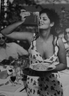 Claudia Cardinale - The most beautiful and iconic woman: an Italian beauty enjoying her spaghetti! Italian Women Style, Italian Beauty, Italian Girls, Italian Fashion, Italian People, Classic Italian, Claudia Cardinale, Vintage Italy, Mode Vintage