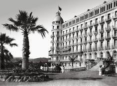 NICE. Le jardin et l'aile gauche de l'Excelsior Hôtel Regina, où logea la reine Victoria de 1897 à 1899.