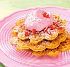 Mandelwaffeln mit Erdbeersahne Waffeln mit Mandeln und einer Erdbeersahne