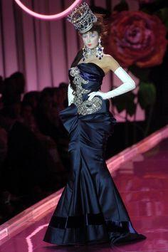 Christian Dior Fall 2004 Couture Fashion Show - Hedvig Marie Maigre Dior Haute Couture, Christian Dior Couture, Christian Dior Vintage, Dior Fashion, Couture Fashion, Runway Fashion, Fashion Show, Couture Style, Club Fashion