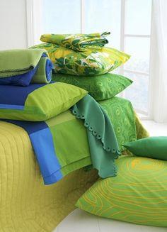"""Parure de lit """"Bibbi blad"""" en coton avec des motifs végétaux, couverture polaire bleue et verte, parure assortie, taie d'oreiller verte, Ikea - Nos sélections de linge de maison - Osez le vert pour changer, et ajoutez-y des touches de jaune et de bleu pour harmoniser. Pour une déco toute en tonicité ! Ikea Parure de lit """"Bibbi blad"""" en coton avec des motifs végétaux..."""