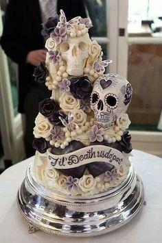 Hochzeitstorte mit Totenköpfen