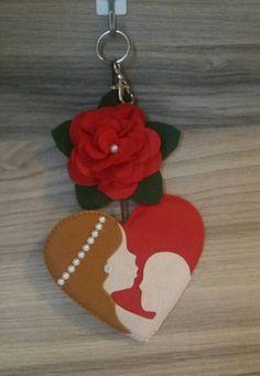 Mãe Feltro Easter Tree Decorations, School Decorations, Felt Ornaments, Holiday Ornaments, Cute Valentines Card, Diy And Crafts, Crafts For Kids, Hedgehog Craft, Felt Bookmark