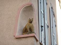 Photographes en Rhône-Alpes::Chat de Montchat. Angle route de Genas et rue de l'Eglise. Ce chat en pierre est le gardien du quartier de Montchat, Lyon 3ème