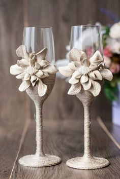 Rustic Wedding Glasses, Bridal Glasses, Wedding Champagne Flutes, Champagne Glasses, Burlap Projects, Burlap Crafts, Wine Glass Crafts, Bottle Crafts, Decorated Wine Glasses