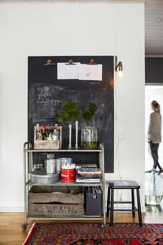 Create a stylish and smart planning wall or your own mood board in large format . The secret is blackboard paint.