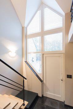Hoge ramen? Ook daarvoor zijn onze shutters geschikt! Met de bedieningsstok zijn de lamellen te kantelen om de gewenste lichtinval te krijgen.