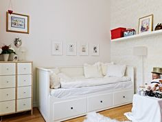 Cute for small kids room - Ikea HEMNES daybed frame with 3 drawers in white, LACK wall shelf in white Ikea Hemnes Daybed, Hemnes Day Bed, Day Bed Frame, Cama Ikea, Daybed Room, Ikea Kids Room, Big Girl Rooms, My New Room, Home Office