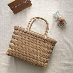 LOCOcraftさんはInstagramを利用しています:「. . 市場カゴ。小さめ。 . . 今日は下からも撮ってみました(*^^*) . . #クラフトバンド#エコクラフト#紙バンド#かご#カゴ#かごバッグ#市場かご#網代編み#斜め網代編み#植田産業#papies#クラフト」 Basket Weaving, Handicraft, Louis Vuitton Damier, Straw Bag, Reusable Tote Bags, Crochet, Pattern, Gifts, Baskets