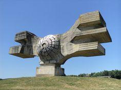 セルビアやクロアチアなど、旧ユーゴスラビアを構成した各国に奇妙な形の巨大建造物がそそり立っている。これらは旧ユーゴのチトー大統領が、第二次大戦後に強制収容所の跡地などに建設した記念碑だ。90年代以降のユーゴ崩壊を受けて廃墟となっている。- HuffPost   まるでウルトラマンの怪獣? 旧ユーゴの記念碑が未来的すぎる
