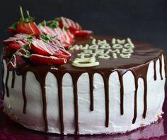 cake -Birthday cake - O bolo de chocolate com morango é uma deliciosa variação do bolo de chocolate comum, que é enriquecido com sabor e cor com a adição de morangos frescos. Veja como é simples fazer. Birthday Desserts, Birthday Cake Cheesecake, Cake Birthday, Birthday Brownies, Healthy Cake, Vegan Cake, Easy Cake Recipes, Dessert Recipes, Coffee Dessert