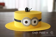 Minion Hat Use the template to make an adorable minion hat. There are also instructions to make a minion goggles mask. The post Minion Hat was featured on Fun Family Crafts. Minion Doll, Minion Craft, Minion Hats, Minion Goggles, Crazy Hat Day, Crazy Hats, Candy Land Party, Diy For Kids, Crafts For Kids