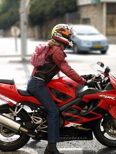 WOMEN ON HONDA CBR - Nice helmet :)