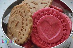 Mintázáshoz ez a kekszrecept vált be nálunk, nagyon finom és variálható.A recept – pate sablée – Michel Roux francia mesterséftől származik. Magas cukor- és vajtartalmú tészta, omlós és ízletes. Gasztroajándéknak is tökéletes - a keksszel meglephetjük szeretteinket. A tésztát színezhetjük is - megmutatjuk, hogyan készült a kakaós és a pink változat. Hozzávalók (kb. 25 darabhoz) 250 g finomliszt 200 g enyhén puha vaj 100 g porcukor egy csipet tengeri só 2 db tojássárgája 1/2 rúd vanília ...