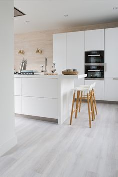 A bright floor that meets every style of furnishing. With this floor you can . - A bright floor that meets every style of furnishing. With this floor daring color combinations can - White Laminate Flooring, Grey Vinyl Flooring, Vinyl Flooring Kitchen, Living Room Flooring, Light Grey Wood Floors, Grey Wooden Floor, White Washed Floors, Küchen Design, Floor Design