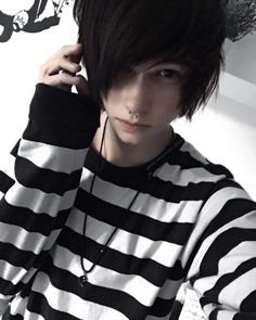 [ Felix es el weirdo del grupo, generalmente subestimad… [ Felix is ​​the weirdo of the group, generally underestimated, thin to be a boy and an emo boy. However, along with Allison they are also the clowns. Cute Emo Guys, Hot Emo Boys, Emo Love, Emo Hairstyles For Guys, Pelo Emo, Emo People, Emo Scene Hair, Emo Boy Hair, Look Dark