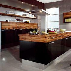 cuisine en bois et noir plaque bois ilot central