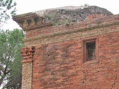 OPUS LATERICIUM es una técnica constructiva de la antigua Roma en la que una mampostería de ladrillo se trababa con un núcleo de cemento. El núcleo era el elemento resistente mientras que el ladrillo era prácticamente un revestimiento. Fue el método principal de construcción de paredes en la época imperial.