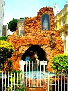 Pequeña gruta de piedra en honor a la virgen La Chinita del estado Zulia. Venezuela
