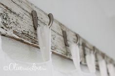 Une vieille planche de bois blanchie et des crochets pour une idée déco charmante! - Décoration - Des idées de décorations pour votre maison et le bureau - Trucs et Bricolages - Fallait y penser !