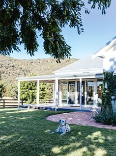 With the help of their good friend and interior stylist Megan Morton, a young couple have restored their charming country home located on a vineyard in Mudgee NSW, injecting plenty quirky and colourful touches along the way. Idaho Falls, Country Style Homes, Modern Country, Australian Country Houses, Farmhouse Style, Country Home Exteriors, Australian Homes, House Exteriors, Country Decor