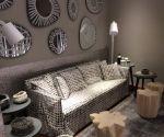Sofá con espejos decorados