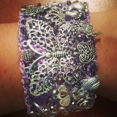 348503579b61 Brazalete lila con dijes plata antigua y cristales en 5 cm de ancho. Blanca  Chao · Brazaletes tejidos de moda