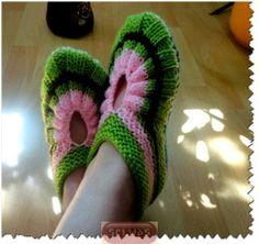 Knit slippers - in Russian Crochet Baby Cardigan, Knit Baby Booties, Knitted Slippers, Crochet Slippers, Knit Or Crochet, Knitted Baby, Arm Knitting, Knitting Socks, Crochet Motif Patterns