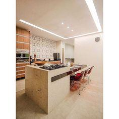 Cozinha com ilha central ligada à mesa para uma casa de campo.  #fabricaarquitetura #instadecor #instacool #cozinha #kitchen #casadecampo #cool #inteiores #arquitetura  Thiago Freire Fotografia