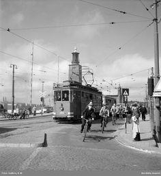 Trafik på Stadshusbron, Stockholm, 1946. Cyklister och spårvagn, Stadshuset i bakgrunden. Foto: K W Gullers,