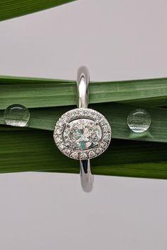 """Pokochajte sa nádhernou diamantovou novinkou z našej klenotníckej dielne – diamantovým prsteňom Magdala. Na prvý pohľad je jemný ako kvapka rosy. V skutočnosti je však pevný ako prírodné diamanty, ktoré mu dávajú neopakovateľný tvar a štýl. V každom uhle vyniká brilianciou, ktorá nepozná hranice, rovnako ako príležitosti, ku ktorým je stvorený. Či už plánujete letné zásnuby, veľkolepé narodeniny, významné výročie lásky, s týmto skvostom na deň """"D"""" nikdy nezabudnete!"""