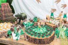 Toras de madeira / Vulcão e muitos dinos Birthday Cake, Logs, Dinosaurs, Madeira, Birthday Cakes, Cake Birthday