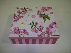 caixa rosa com listras