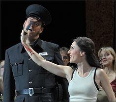 Jens Larsen als Zuniga und Stella Doufexis als Carmen